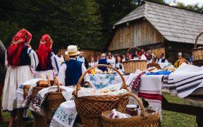 """La """"Târgul de primăvară"""", producători tradiționali din Rășinari și Sebeșu de Jos prezintă vizitatorilor Muzeului ASTRA roadele muncii lor"""