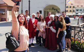 FOTO Baronul Samuel von Brukenthal și soția sa, Sophia, s-au fotografiat cu turiștii