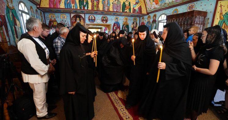 """Trei noi monahii în obştea Mănăstirii """"Nașterea Maicii Domnului"""" de la Măgura-Jina"""