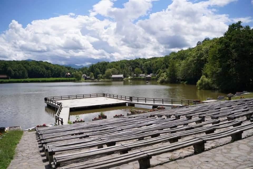 """Peste 2500 de spectatori vor """"găzdui"""" Amfiteatrul și Scena de pe Lac din Muzeul Astra"""
