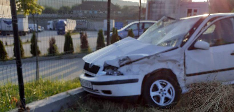Două persoane rănite în urma unui accident între o mașină și un autobuz