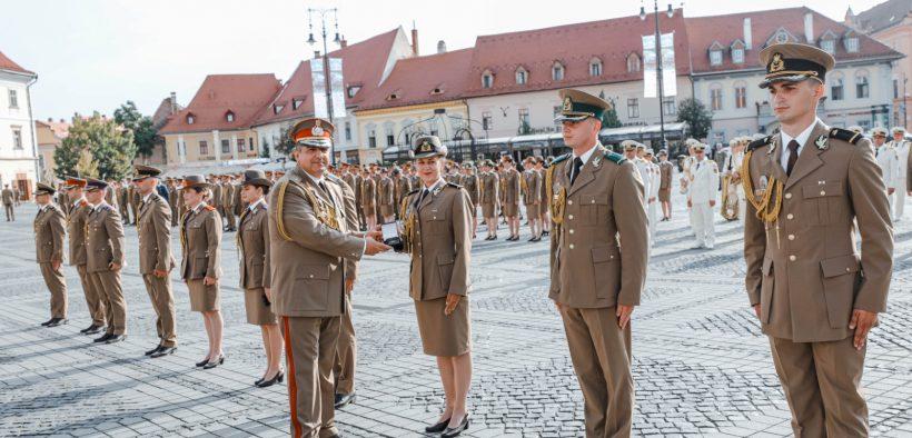 """Promoția AFT """"Regele Mihai I-100"""", aplaudată la scenă deschisă în Piața Mare"""