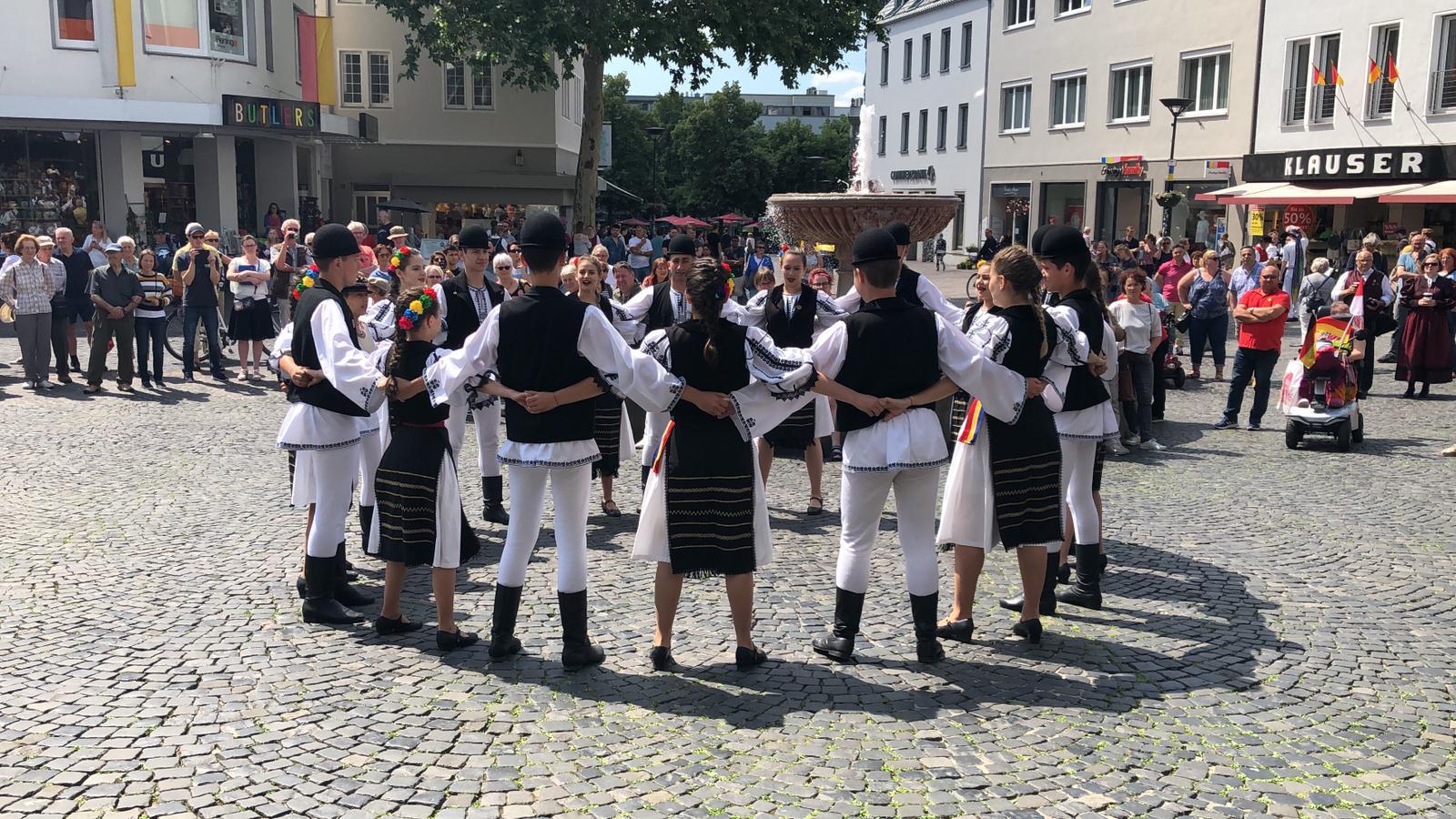 """Ansamblul Folcloric """"Ceata Junilor"""" promovează tradițiile sibiene în Cipru"""
