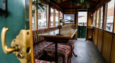 Ați vizitat cel mai vechi și singurul vagon-salon de mocăniță din România? Se află zilele acestea în Piața Mică