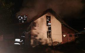 FOTO Acoperiș mistuit de flăcări la Sibiu