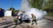FOTO Autoturism mistuit de flăcări pe strada Râului